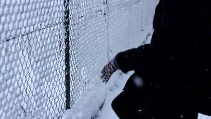 ragazzi giocano con la neve per strada in inverno
