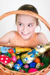 Mädchen bringt Osterkorb in Sicherheit