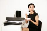 freche Geschäftsfrau während ihrer Mittagspause