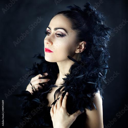 Piękna kobieta ubrana w pióra