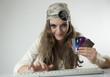 Femme pirate : carte bancaire dans les mains