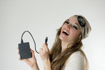 Femme pirate avec un disque dur dans la main