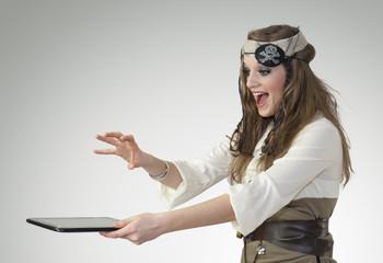 Femme pirate : une tablette tactile dans les mains