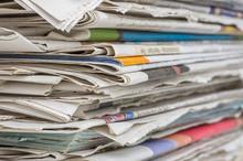 Gros plan sur une pile de journaux