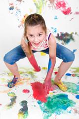 Mädchen malt Tapeten voll