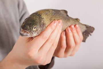 Ein Mann hat einen Fisch in der Hand