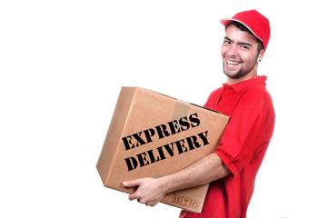 Jeune livreur  en uniforme rouge tenant la boîte