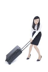 スーツケースを引く女性