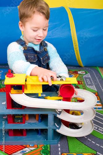 Kleiner Junge spielt mit Autos