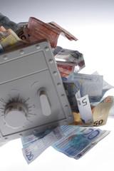 Geldscheine quellen aus einem Tresor 02