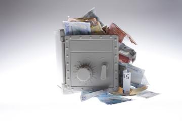 Geldscheine quellen aus einem Tresor 03