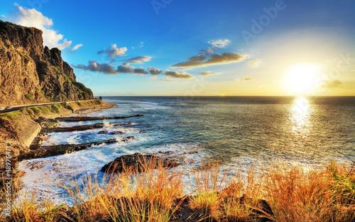 Coucher sur les côtes réunionnaises. - 48976471