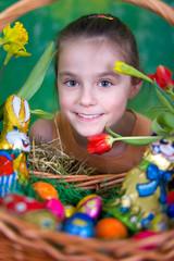 Kind mit Osterkorb