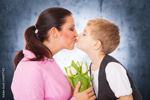 mama und sohn mit blumen