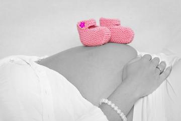 Babybauch mit Babyschuhen im Colourkeystil