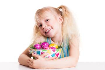 junges Mädchen mit Osterkörbchen