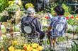 Rentnerpaar entspannt im Garten