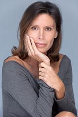 femme brune 40 ans élégante