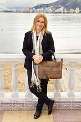 mujer con bolso