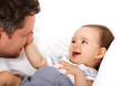 Ein Vater spielt mit seinem Kind