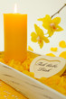 Gelbe Kerze und Orchideenblüten
