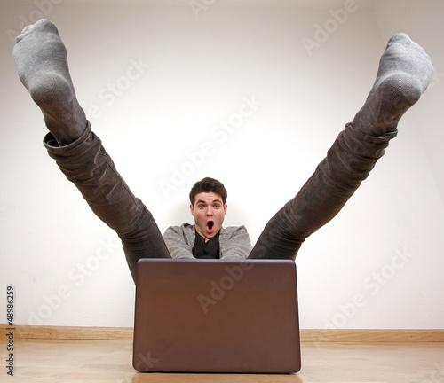 Jugendlicher mit schnellem Rechner
