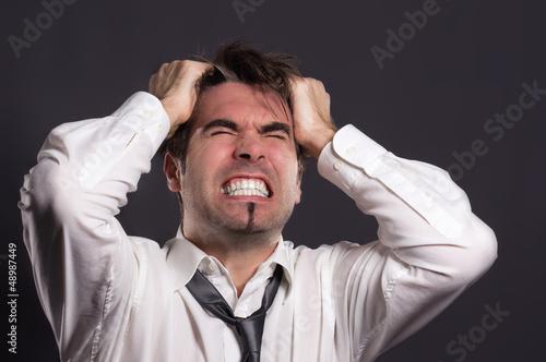 Mann raufft sich verzweifelt die Haare