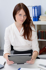 angestellte arbeitet mit tablet computer