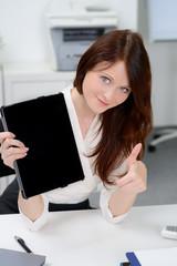 erfolgreiche geschäftsfrau mit touchbook