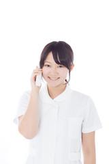 電話で話す看護士