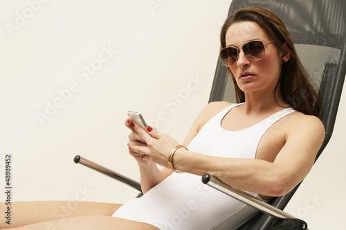 Frau mit Badeanzug und Sonnenbrille