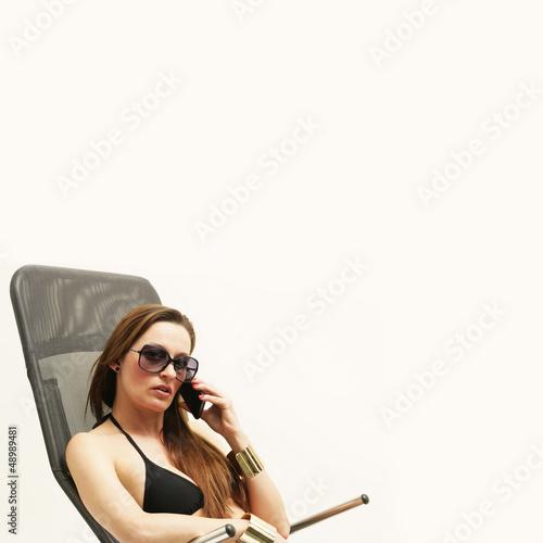 Frau mit Bikini und Handy