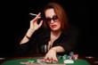 Frau am Pokertisch mit Zigarette