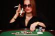 Frau am Pokertisch mit Drink