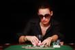 Frau raucht am Pokertisch