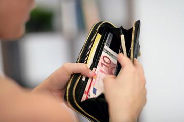 Frau mit Geldbeutel