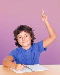 Enfant étudiant demandant à parler