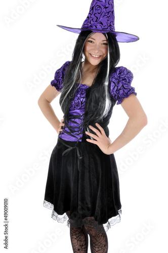 Junge Frau im Hexen-Kostüm