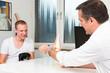 orthopäde berät einen patienten