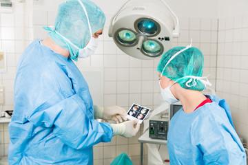 arzt schaut auf ein ultraschallbild