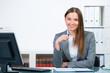 freundliche angestellte im büro