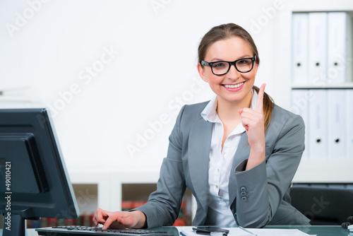geschäftsfrau zeigt mit dem finger
