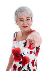 Ältere Frau zeigt mit dem Finger - isoliert in Rot und Weiß