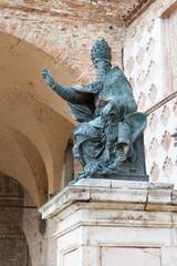Perugia - Statua di Papa Giulio III davanti alla cattedrale