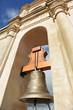Campana de bronce en el campanario de la iglesia