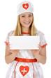 Junge Frau im Krankenschwester-Kostüm hält leeres Schild
