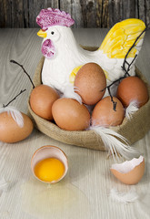 Huevos morenos, enteros y uno abierto.