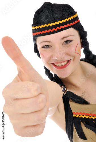 """Junge Frau im Indianer-Kostüm """"Daumen hoch"""""""