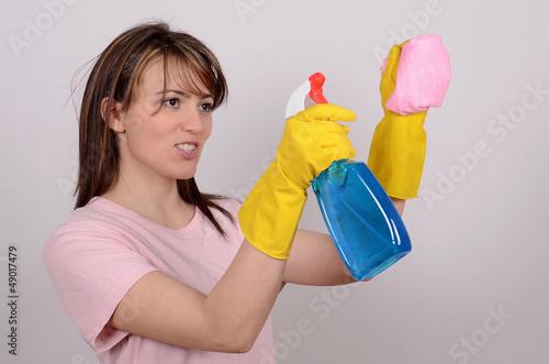 junge frau beim putzen