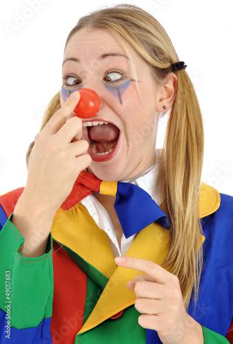Junge Frau im Clown-Kostüm